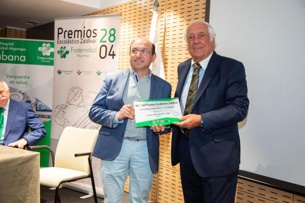 Entrega del premio por D. Carlos Espinosa de los Monteros