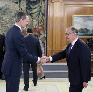 Su Majestad saludando a D. Marcos Montero