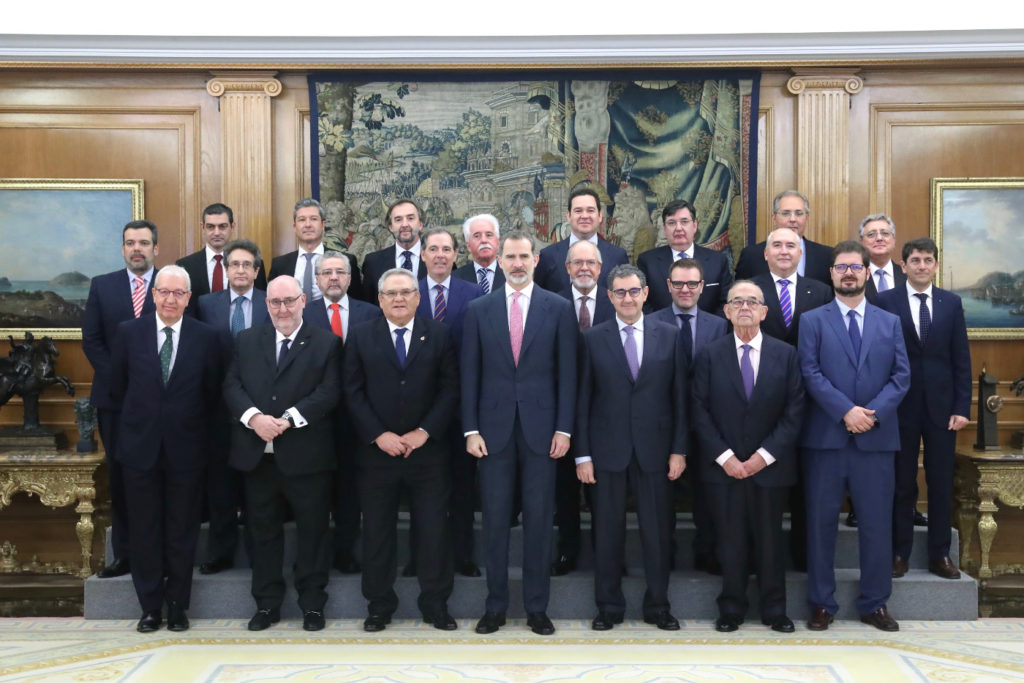 Photo of the King with the members of the comittee