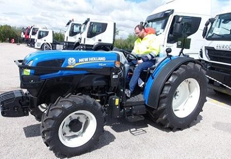 Operario maniobrando tractor