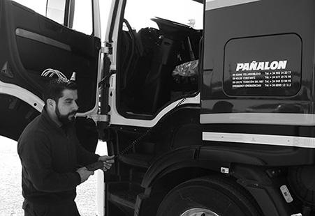 Técnico gestionando vehículo