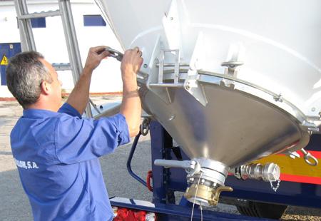 Trabajador de Pañalón manipulando silo
