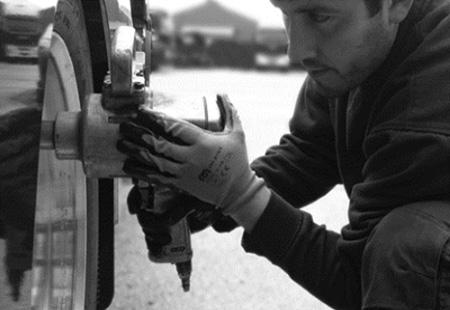 Mecánico apretando tuerca rueda