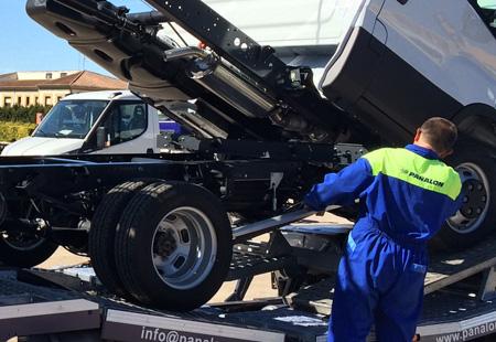 Operario de Pañalón cargando vehículo