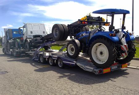 Tractor cargado en portavehículos Pañalón